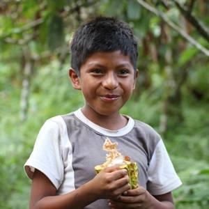 Jongetje met cacaopeul 300x300